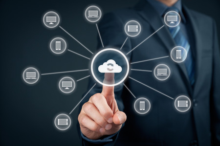 Cloud computing synchronization. Information technology devices (PC, notebook, tablet, mobile phone) synchronization (sync) via cloud computing storage. Archivio Fotografico