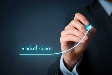 potentiality: Aumentar la cuota de mercado para su empresa. Empresario dibujar creciente simbolizan la l�nea creciente cuota de mercado.