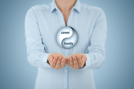 balanza: Carrera y el equilibrio familiar (conciliación de la vida laboral) concepto. Entrenador Mujer vida (director de carrera) dar consejos sobre la carrera familiar (trabajo-vida) el equilibrio, la composición central.