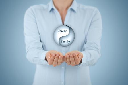 viager: Carrière et l'équilibre de la famille (l'équilibre travail-vie) de concept. Femme coach de vie (de gestionnaire de carrière) donner des conseils sur la carrière-famille (travail-vie) l'équilibre, la composition centrale.