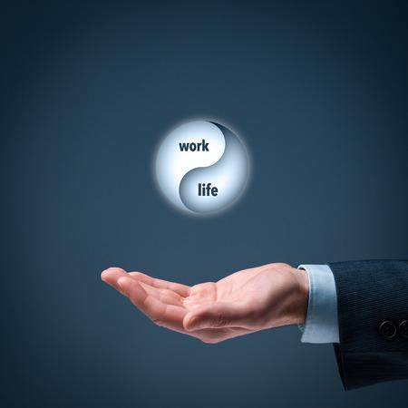 La vie de travail (travail-vie) de concept de l'équilibre. Coach de vie (de gestionnaire de carrière) donner des conseils sur l'équilibre travail-vie, grande composition. Banque d'images
