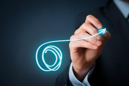 コンセプト: 革新コンセプト - 悪循環から抜け出す。新しいビジョンと視点の概念。停止は、サークルに行くし、古い方法を残します。
