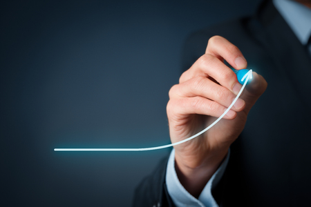 crecimiento: Desarrollo y concepto de crecimiento. Crecimiento del hombre de negocios y el aumento de los indicadores positivos en su negocio. Foto de archivo