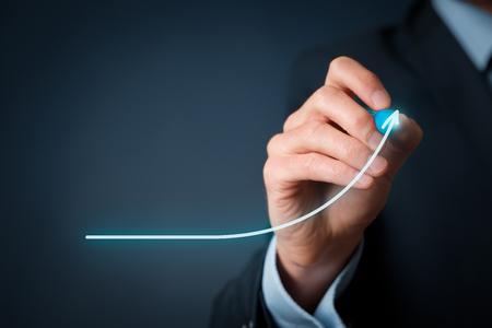 Sviluppo e concetto di crescita. Uomo d'affari la crescita pianificare e aumento di indicatori positivi nel suo business. Archivio Fotografico - 44632671