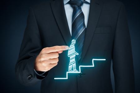 El desarrollo personal, crecimiento personal y profesional, el éxito, el progreso, la motivación y conceptos potenciales. Coach (oficial de recursos humanos, supervisor) ayuda a los empleados con su crecimiento. Foto de archivo
