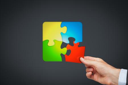 Product maatwerk concept vertegenwoordigd door het verzamelen van de klant puzzel. Stockfoto