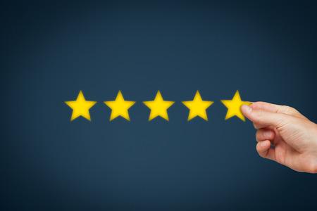 評価、評価および分類概念を増加します。ビジネスマンの場所 5 黄色の星彼の会社の評価を高めることの。 写真素材