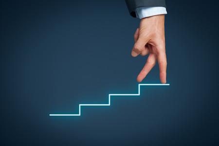 crecimiento personal: Manager (hombre de negocios, el entrenador, el liderazgo) tiene �xito y quieren m�s al crecimiento. Crecimiento y desarrollo personal representado por escaleras. Foto de archivo