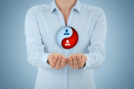 Sexe égalité des chances dans l'entreprise et des ressources humaines. Symbole du Yin yang et femme d'affaires avec un geste de protection. Banque d'images