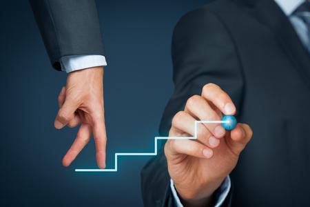 crecimiento personal: El desarrollo personal, crecimiento personal y profesional. Entrenador (oficial de recursos humanos, supervisor) empleado ayuda con su crecimiento.