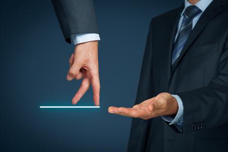 Transferencia y carrera personal - cambio de empleador. Concepto de servicio al cliente y recursos humanos (HR) de concepto. CRM (o HR) personal ayuda a los empleados (cliente) con el problema representado por paso hacia lo desconocido. Foto de archivo - 45065318