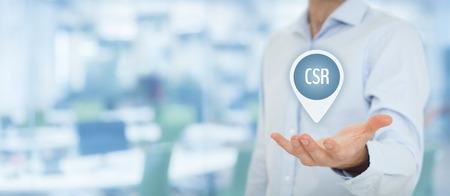 Corporate Social Responsibility (CSR) koncept. Affärsman håller virtuell etikett med text CSR, bred bannersammansättning och kontor i bakgrunden.