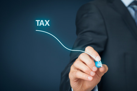 optimisation du concept d'entreprise de l'impôt. Businessman dessiner simple graphique avec courbe descendante. Banque d'images