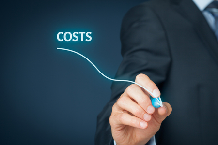 Reducción de costos, los costos de corte, optimización de costes concepto de negocio. Empresario dibujar el gráfico simple con descendiendo curva. Foto de archivo
