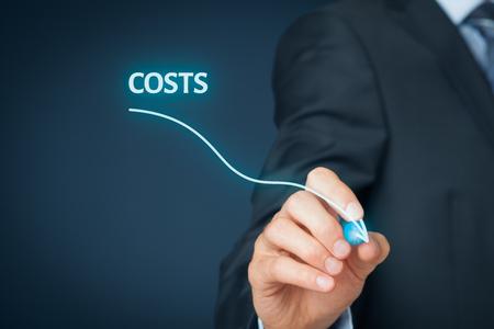 Redukcja kosztów, koszty cięcia, optymalizacja kosztów biznesowych koncepcji. Biznesmen narysować prosty wykres z malejąco krzywej. Zdjęcie Seryjne