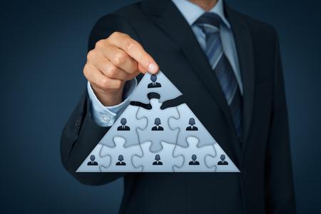 piramide humana: CEO, el liderazgo y el concepto de jerarquía corporativa - equipo reclutador completa representada por puzzle en el esquema de la pirámide por una persona líder (CEO). Foto de archivo