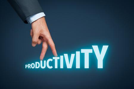 incremento: Aumentar la productividad concepto personal o de empresa. El hombre de negocios representado por el aumento en el aumento de la mano cartas en la productividad de la palabra. Foto de archivo