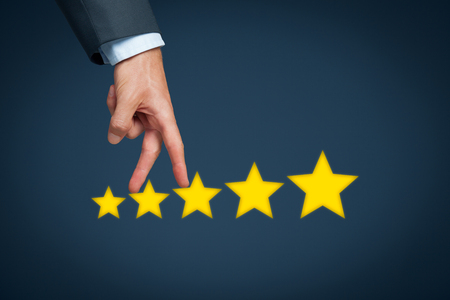 estrella: Aumentar calificación, la evaluación y el concepto de clasificación. Empresario representado por el aumento de mano en el aumento de cinco estrellas.