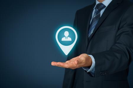 lideres: Cliente objetivo y los recursos humanos (HR) de concepto. hombre de negocios espera de clientes objetivo, empleado (u otra persona de negocios) en la mano.