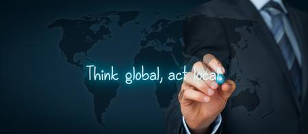 Penser global, agir local. Mondialisation règles métier. Homme d'affaires règle d'écriture sur carte virtuelle. Composition de la bannière large.
