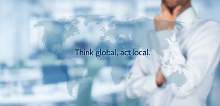 alrededor del mundo: Pensar globalmente, actuar localmente. Reglas de negocio globalización. El hombre de negocios piensa en esta regla. Composición de la bandera ancha, la oficina en el fondo.