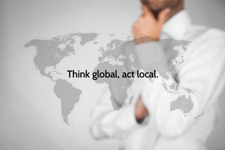 alrededor del mundo: Pensar globalmente, actuar localmente. Reglas de negocio globalización. El hombre de negocios piensa en esta regla.