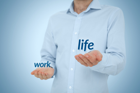La vida laboral (trabajo-vida) en concepto de equilibrio - hombre prefiere la vida contra el trabajo. Foto de archivo - 46792216