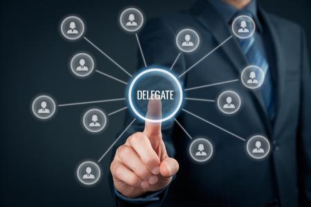 delegar: Trabajo delegado Manager en otra persona en el equipo. Concepto gerencial con la delegación.