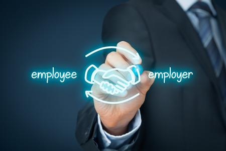 従業員および雇用者のバランスの取れた連携概念。実業家 (人事担当者) は、従業員と雇用者の手の揺れでスキームを描画します。