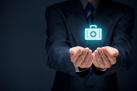 pflegeversicherung: Medizintechnik (Gesundheit) und Lebensversicherungskonzept. Versicherungsagent mit schützenden Geste und das Symbol der Krankenschwester Aktentasche. Lizenzfreie Bilder