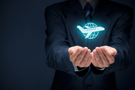 Reisverzekering concept. Verzekeringsagent met beschermende gebaar en het pictogram van het vliegtuig en de wereld. Brede samenstelling van de banner.