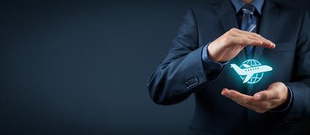 Concept de l'assurance Voyage. Agent d'assurance avec un geste de protection et l'icône de l'avion et le globe. Composition de la bannière large. Banque d'images