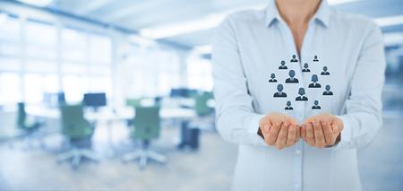 Service à la clientèle, les soins pour les employés, l'assurance-vie et les concepts de segmentation marketing. Protéger geste d'affaires ou personnel et icônes groupe de personnes représentant. Grand bureau de l'esprit de la composition de la bannière en arrière-plan.