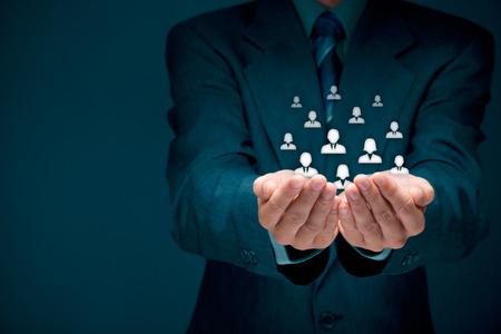soins à la clientèle, les soins pour les salariés, syndicaux, piscine des ressources humaines, assurance-vie, l'agence de l'emploi et de segmentation marketing concepts. Protéger geste d'affaires ou personnel et icônes groupe de personnes représentant.