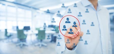 マーケティング セグメンテーション、ターゲット層、顧客ケア、顧客関係管理 (CRM)、人材育成、顧客分析、フォーカス グループの概念。広いバナー