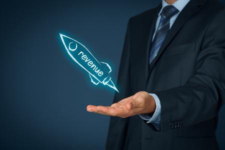 Aumentar concepto de ingresos. El hombre de negocios ayuda a aumentar rápidamente los ingresos. Nave espacial que representa un crecimiento dinámico.
