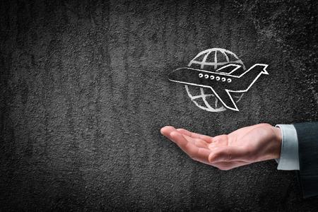 reizen: Reisverzekering en zakenreizen concepten. Verzekeringsagent met beschermende gebaar en het pictogram van het vliegtuig en de wereld.