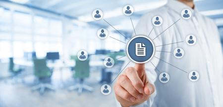 document management: sistema de gesti�n de datos corporativos (DMS) y el concepto de sistema de gesti�n de documentos. El hombre de negocios clic (o publicar) en el documento relacionado con los usuarios corporativos que trabajan en los equipos port�tiles con derechos de acceso. composici�n de la bandera de ancho, con oficinas en el fondo.