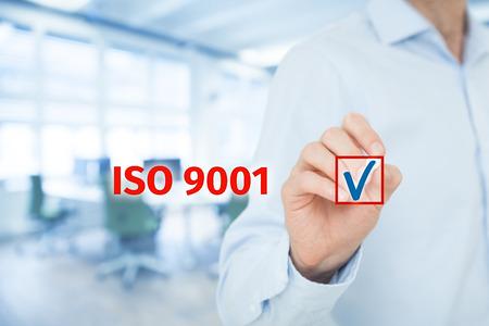 ISO 9001 - kwaliteitsmanagement systeem. Zakenman uitgezocht ISO 9001-certificaat. Brede samenstelling van de banner met een kantoor in de achtergrond.