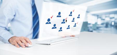 redes de mercadeo: segmentación de marketing, público objetivo, los clientes se preocupan, gestión de relaciones con clientes (CRM), recursos humanos y análisis de conceptos cliente. el trabajo del hombre de negocios en el ordenador con pantalla virtual, oficina en el fondo, composición de la bandera de ancho.