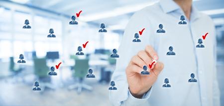 trabajo social: Segmentación de marketing, público objetivo, la atención a los clientes, la gestión de relaciones con clientes (CRM), recursos humanos, análisis de clientes y los conceptos de grupos focales. Composición de la bandera ancha, la oficina en el fondo. Foto de archivo