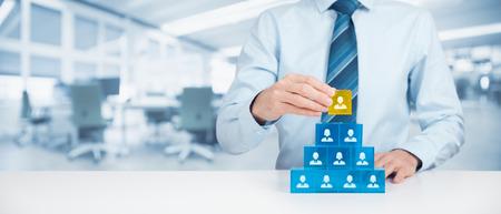 piramide humana: Los recursos humanos y el concepto de jerarquía corporativa - reclutador de equipo completo por una persona líder (CEO), representado por el cubo de oro y el icono.