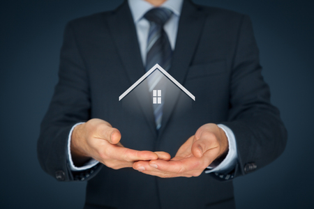 seguros: Oferta del agente inmobiliario casa. El seguro de propiedad y el concepto de seguridad. Foto de archivo