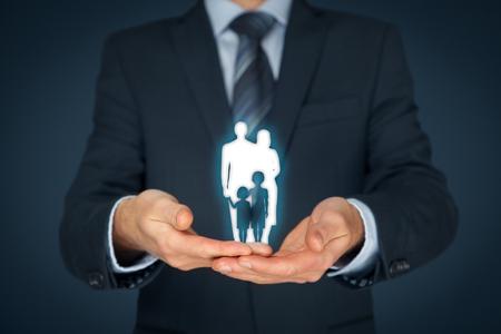 familias jovenes: seguro de vida familiar, servicios a la familia, la política familiar y el apoyo a los conceptos de familias. Hombre de negocios con gesto protector y la silueta que representa a la familia joven. composición central.