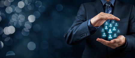 顧客ケア、従業員、生命保険マーケティングの分割概念にケア。ビジネスマンや人事や人々 のグループを表すアイコンのジェスチャーを保護します