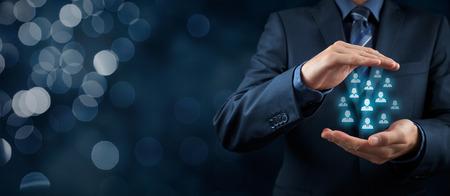 Service à la clientèle, les soins pour les employés, l'assurance-vie et les concepts de segmentation marketing. Protéger geste d'homme d'affaires ou le personnel et les icônes groupe de personnes représentant. Composition de la bannière large avec bokeh.