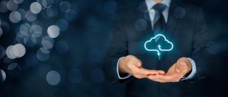 Nuage concept de service informatique - se connecter au cloud. Homme d'affaires offrant un service de cloud computing représenté par l'icône. composition de la bannière large et bokeh en arrière-plan.