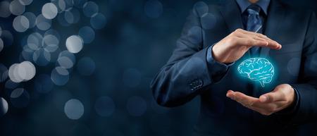 proteccion: derecho de propiedad intelectual y los derechos de protección, los derechos de autor y las patentes concepto. Proteger las ideas de negocio, salud mental, psicólogo y conceptos headhunter. composición de la bandera de ancho y bokeh en el fondo. Foto de archivo