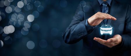Assurance automobile (automobile) et concepts d'exonération des dommages par collision. Homme d'affaires avec le geste de protection et l'icône de la voiture. Composition de la bannière large et bokeh en arrière-plan.