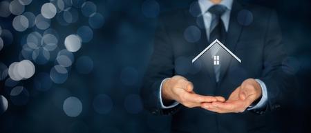 Agente immobiliare offre casa. Assicurazione di proprietà e concetto di sicurezza. Ampia composizione banner con sfondo bokeh.